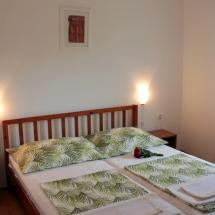 ubytovanie v meste Tribunj zelená ustlaná posteľ